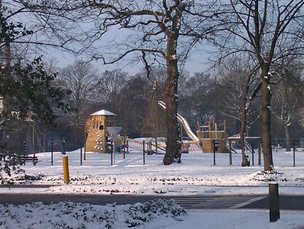Parque Infantil cercano a mi casa, totalmente cubierto de nieve.